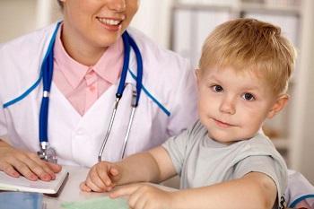 Милый мальчик у доктора