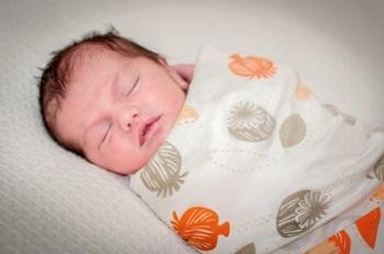 Маленький ребенок крепко спит