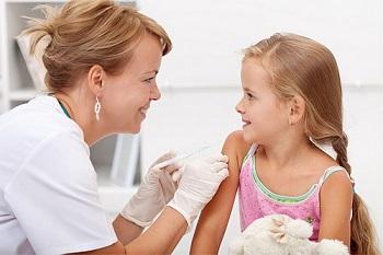 Девочке нужно сделать прививку