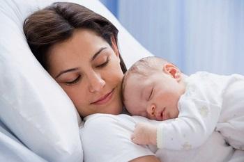 Малыш спит на груди у мамы