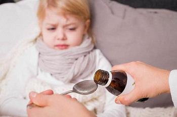 Девочке нужно выпить лекарство