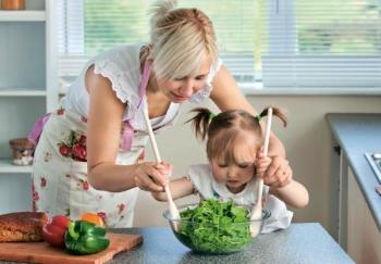 Мама с дочкой готовят вместе