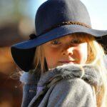 Маленькая девчонка в шляпе