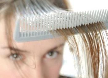 Расчесывают волосы