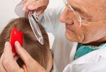 Доктор осматривает голову ребенка