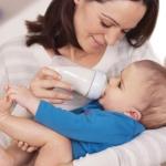 Как правильно кормить грудничка из бутылочки: советы и рекомендации