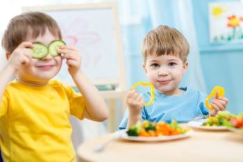 Мальчики едят свежие овощи