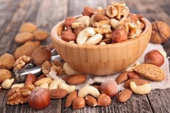 Различные орехи в тарелке