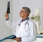 Доктор изучает рентгеновский снимок