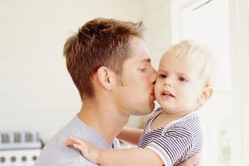 Папа с ребенком на руках