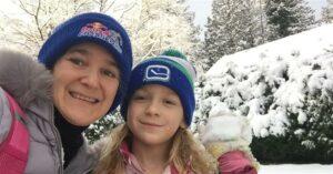 В шапках мама и дочь
