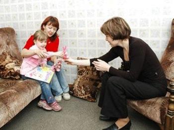 Мама с ребенком у психолога
