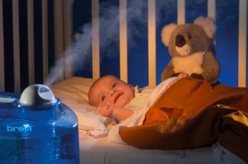 Малыш в своей кроватке