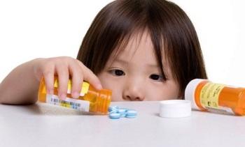 Девочка рассыпала таблетки