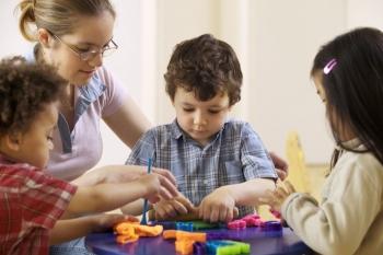 Дети занимаются с педагогом