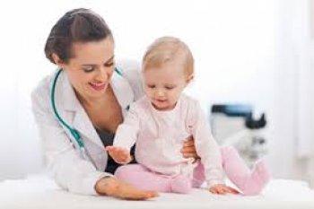 Маленькую девочку осматривает врач