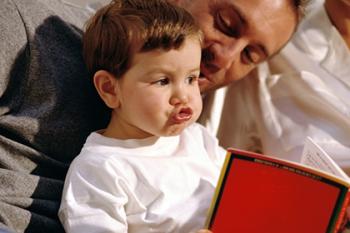 Папа с малышом читают книгу