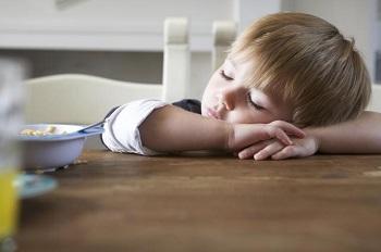 Мальчик заснул за обеденным столом