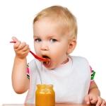 Малыш ест сам ложкой