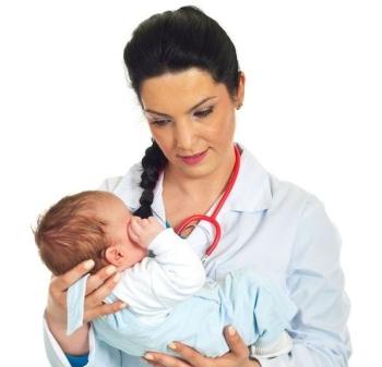Доктор с ребенком на руках