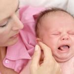 Маленький ребенок сильно плачет