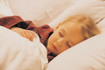 Девочка спит у себя в кровати