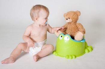 Малыш играет с мягкой игрушкой
