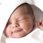 Новорожденный малыш крепко спит