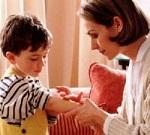 Мальчику обрабатывают рану