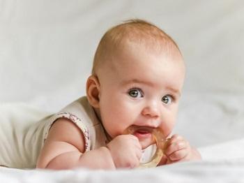 Маленький ребенок с прорезывателем