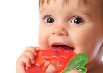Ребенок с резиновой игрушкой во рту