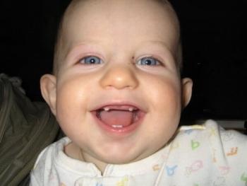 Маленький ребенок с голубыми глазами