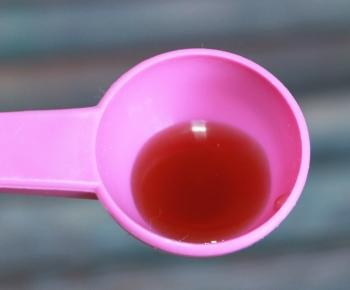 Розовая ложка с лечебным сиропом