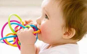 Ребенок с цветной игрушкой