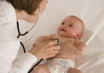 Маленького ребенка осматривает врач