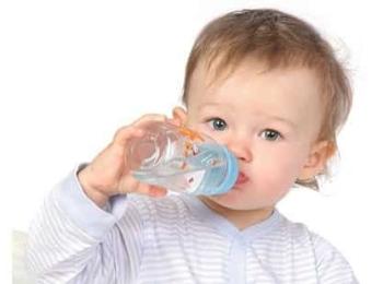 Ребенок пьет воду из бутылочки