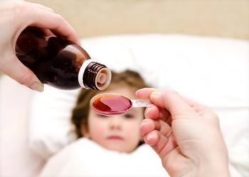 Жидкое лекарство розового цвета