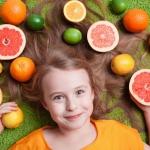 Девочка со свежими фруктами