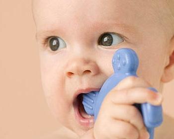 Малыш с резиновой игрушкой во рту