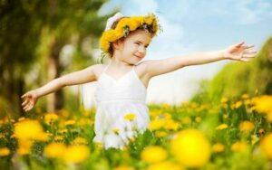 Девочка в поле с цветами