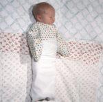 Маленький ребенок в пеленке