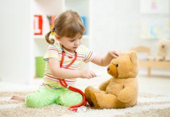 Девочка играет с игрушками
