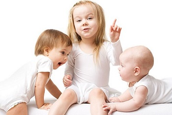 Маленькоие дети играют