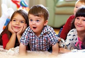 Четверо детей внимательно слушают