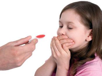 Девочка не хочет пить сироп