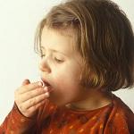 Маленькая девочка кашляет