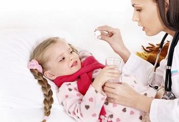 Девочке дают лекарство