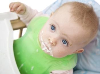 Ребенок за столом для кормления