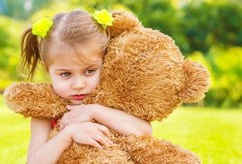 Девочка с большим плюшевым медведем