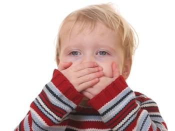 Мальчик закрыл рот руками